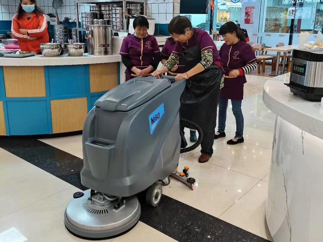 凯德力电动智能洗地机M60在美食街广场清洁使用