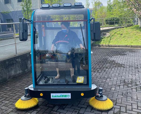 四川电力学院采购洗地扫地机选择了成都宏雯公司