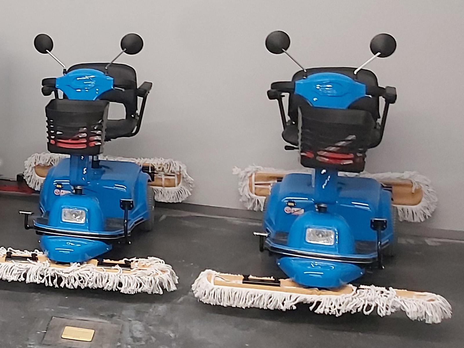 商场清洁选购了电动尘推车使用
