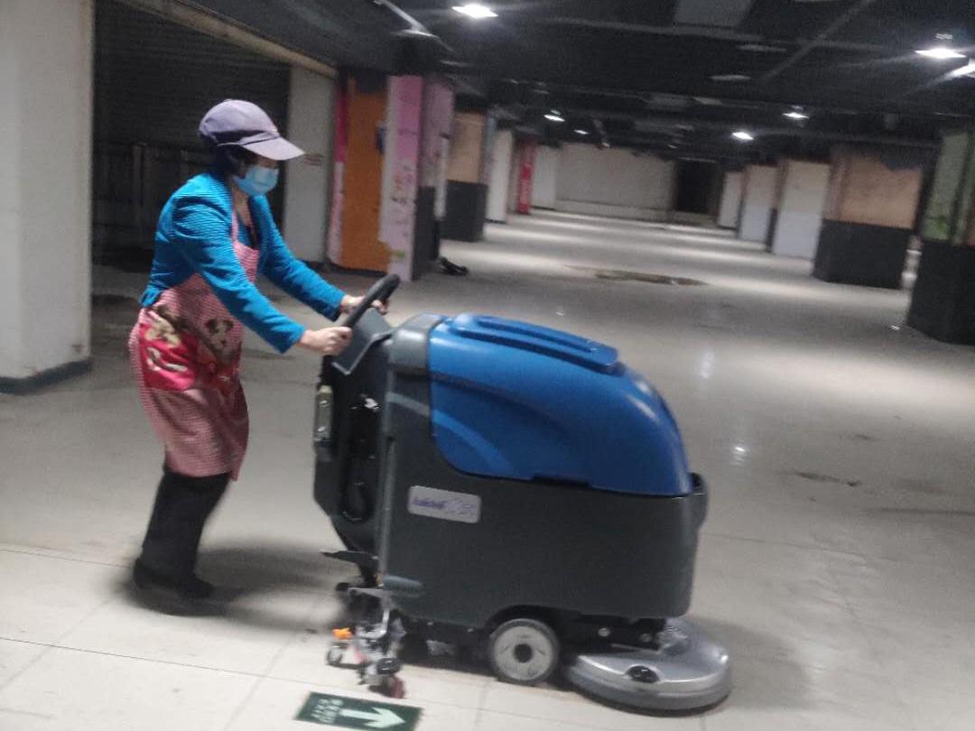 手推式洗地机在超市清洁
