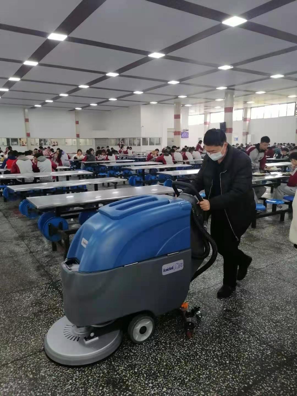 食堂地面清洁选择宏雯全自动手推式洗地机