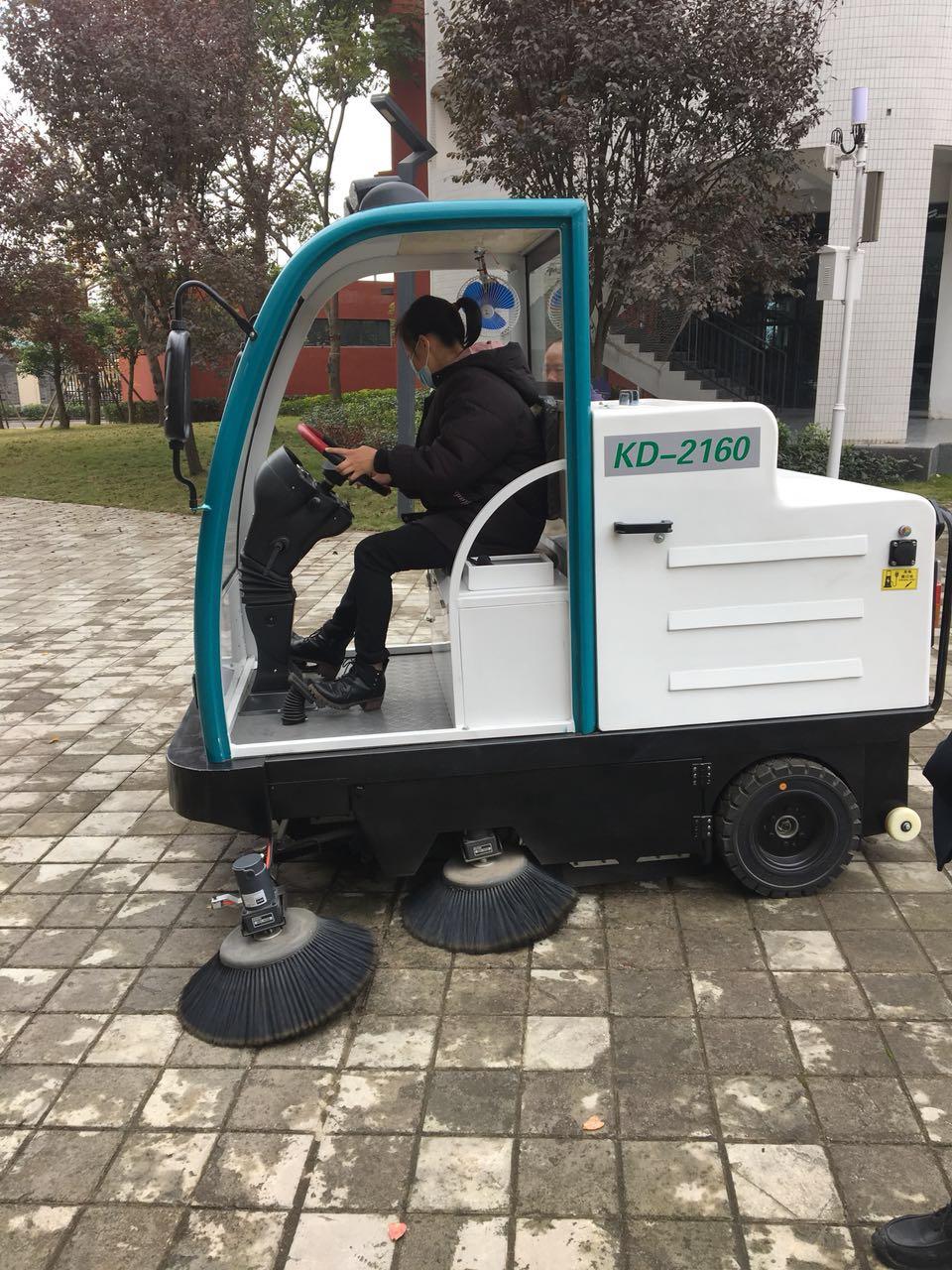 成都信息工程大学采购校园用扫地机选择了成都宏雯公司