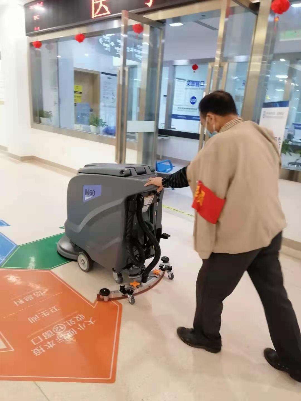 四川医院采购全自动洗地机选择了成都宏雯公司