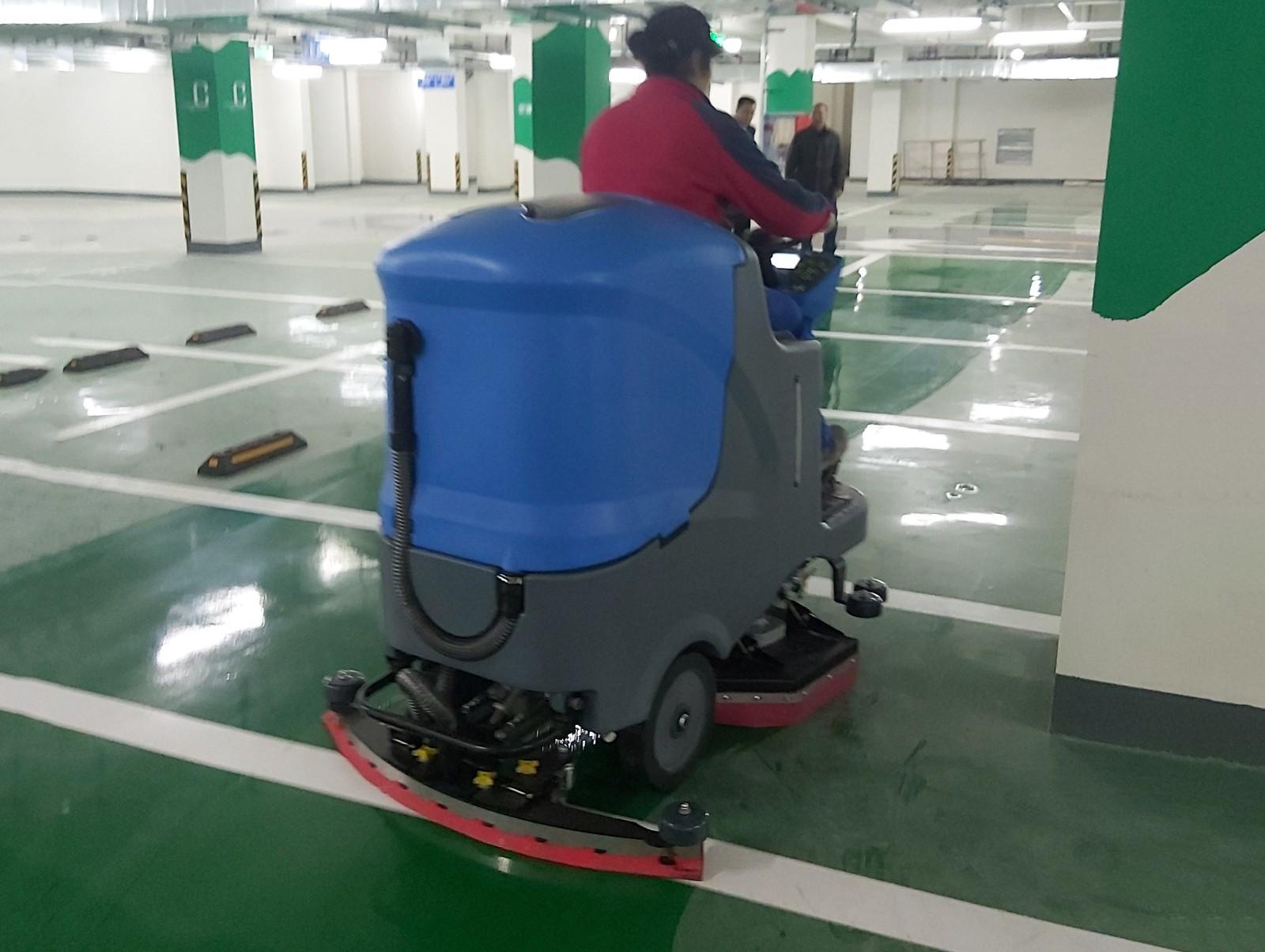 停车场地面清洁选择了扫地机与洗地机