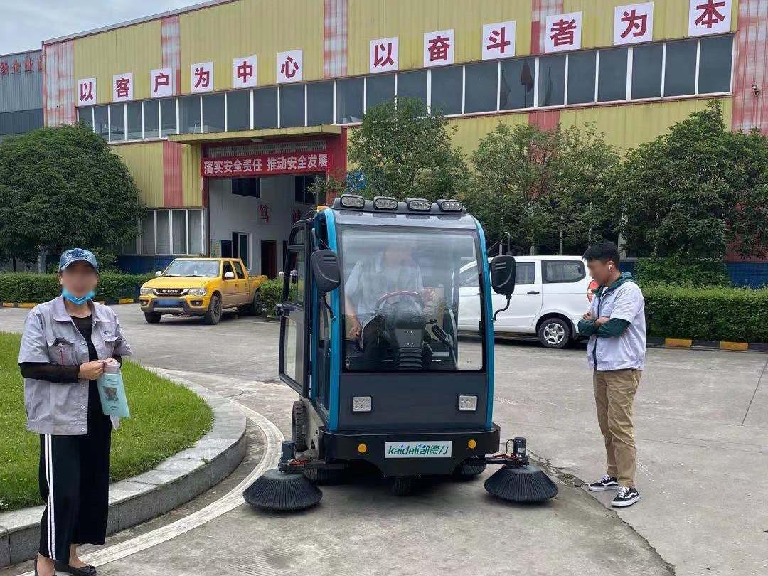 百图公司采购带高压清洗扫地车选择了成都宏雯