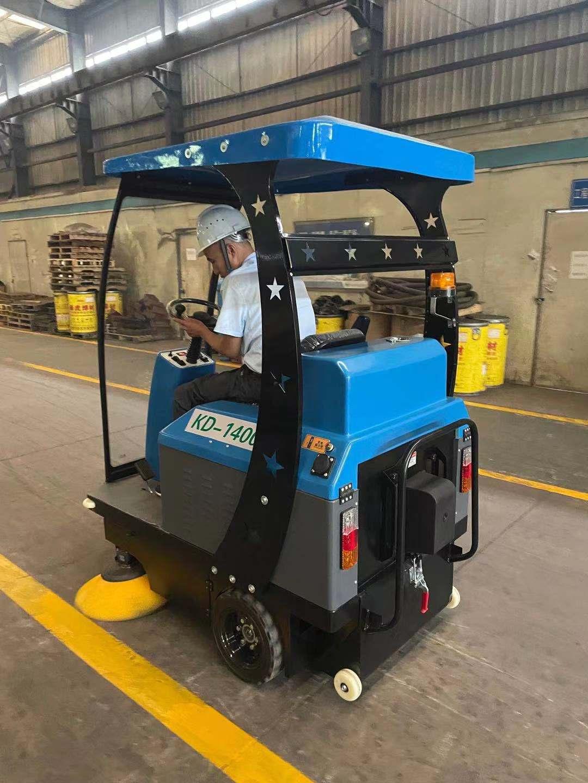 工厂采购了电动驾驶式扫地机使用