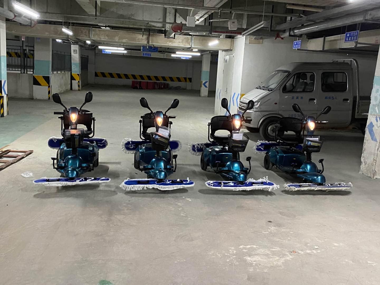 商场清洁选购了电动驾驶尘推车使用