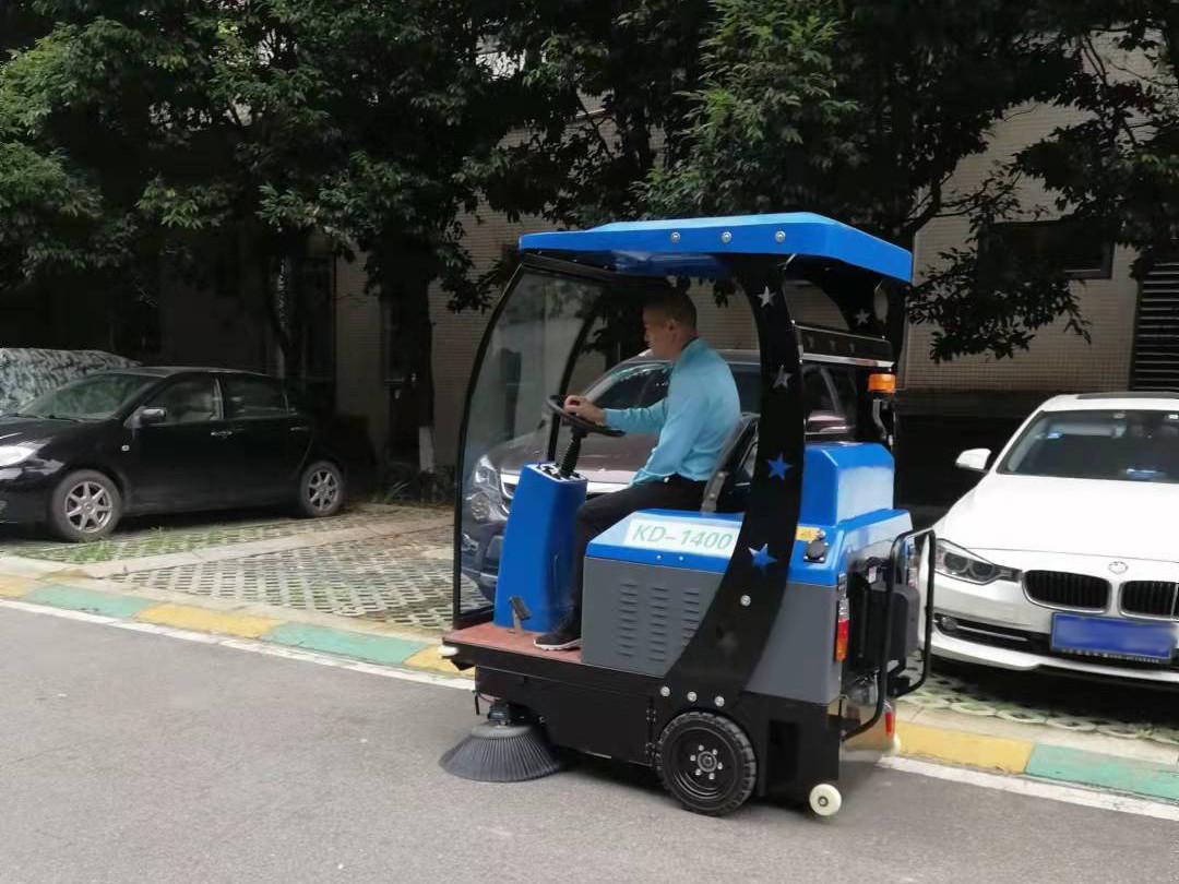 物业小区采购驾驶式扫地车使用
